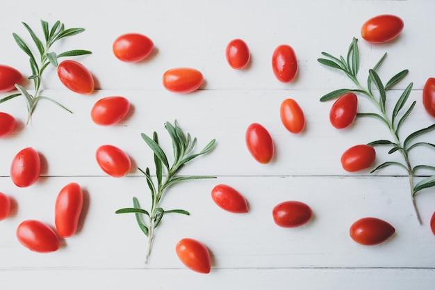 Tomates de alecrim são colocados em uma mesa branca.