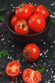 Tomates de cereja cortados frescos com sal grosso e ervas das especiarias