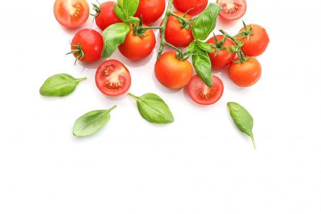 Tomates de cereja maduros vermelhos isolados no fundo branco. vista do topo