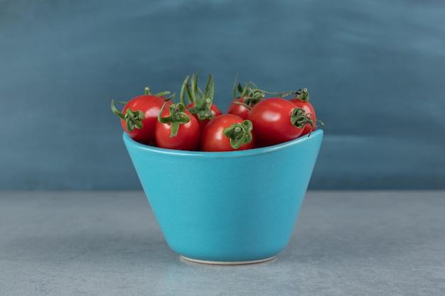 Tomates de cereja vermelhos isolados.