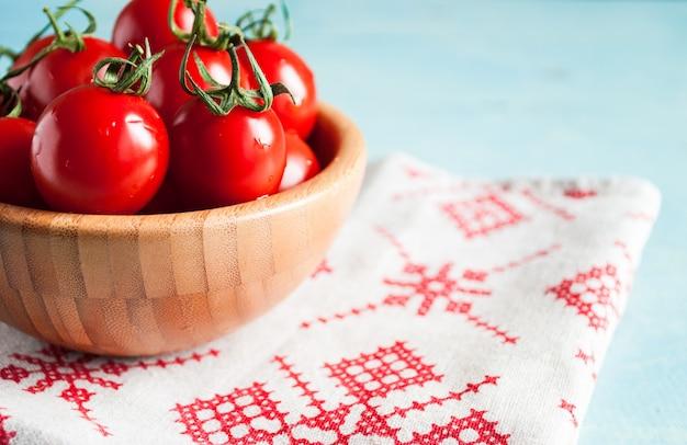 Tomates de cereja vermelhos maduros em uma tigela