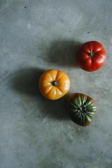 Tomates de herança coloridos, frescos e orgânicos
