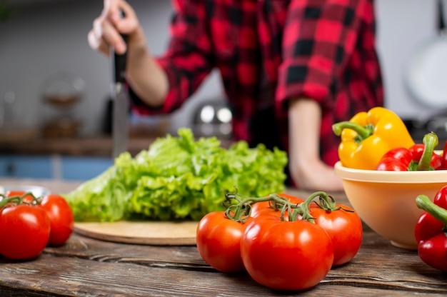 Tomates e verduras na mesa