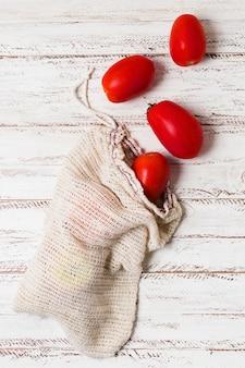 Tomates em bolsas biológicas para uma mente saudável e relaxada