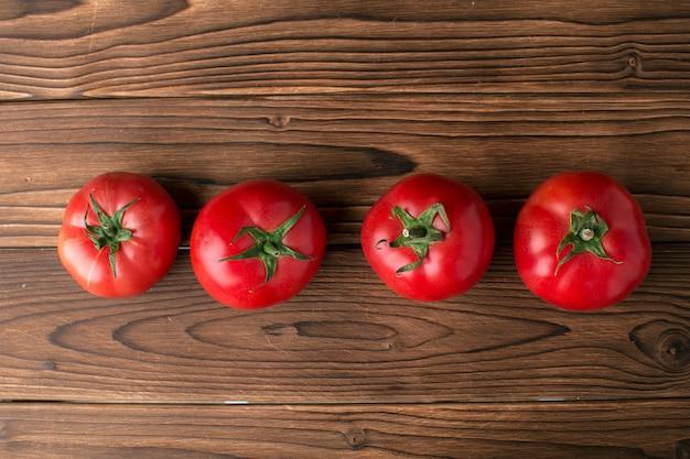 Tomates em fundo de madeira