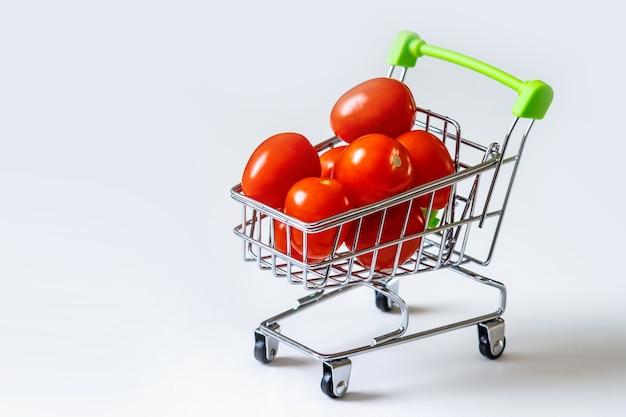 Tomates em um carrinho de supermercado
