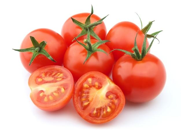 Tomates fecham em um fundo branco