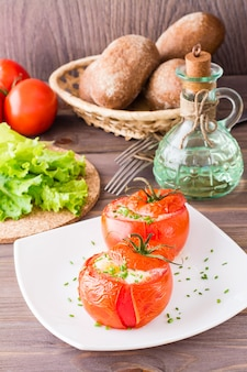 Tomates frescos assados com queijo e ovo de galinha