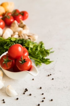 Tomates frescos, cogumelos e salsa