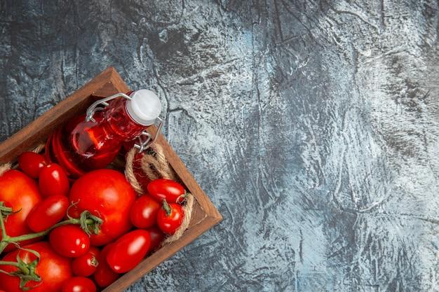 Tomates frescos com cereja dentro da caixa