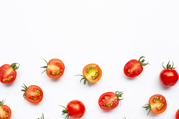 Tomates frescos, corte inteiro e meio isolado no fundo branco.