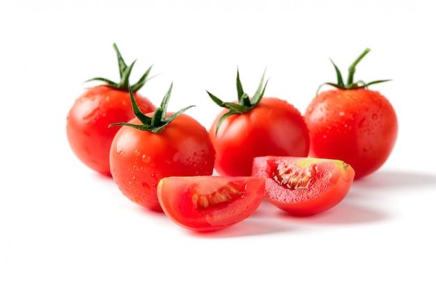 Tomates frescos em fatias, isolados no branco