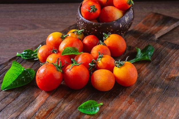 Tomates frescos em fundo de madeira
