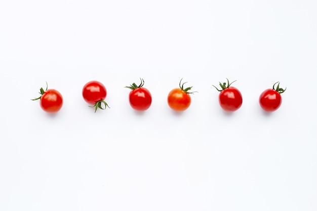 Tomates frescos isolados no branco.