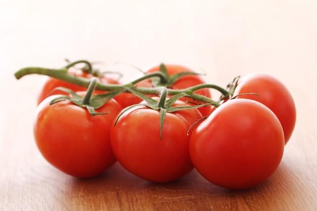 Tomates frescos na superfície de madeira