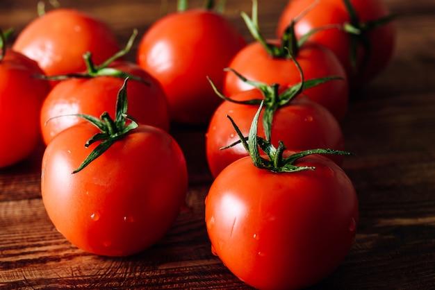 Tomates maduros e vermelhos