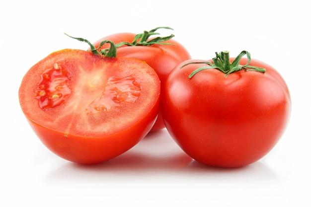 Tomates maduros em fatias, isolados no branco