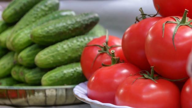 Tomates maduros frescos e pepinos