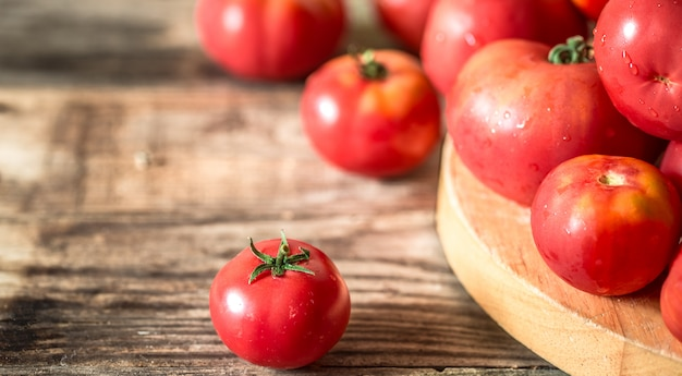 Tomates maduros na mesa de madeira