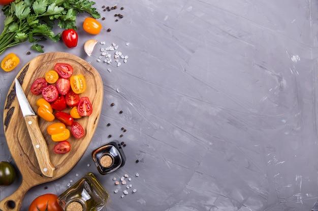 Tomates maduros para cozinhar prato de legumes em um cinza