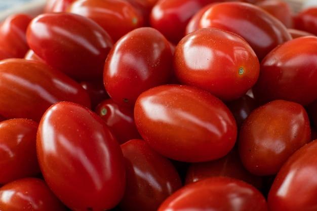 Tomates maduros vermelhos brilhantes