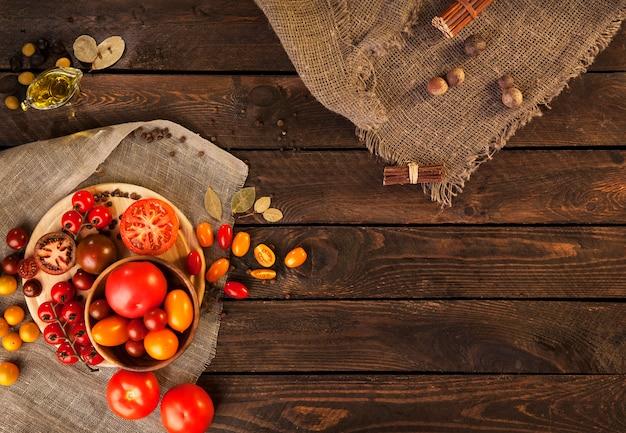 Tomates na mesa de madeira