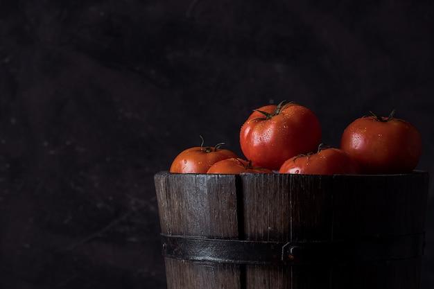 Tomates no look vintage de balde de madeira