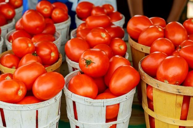 Tomates no mercado do fazendeiro