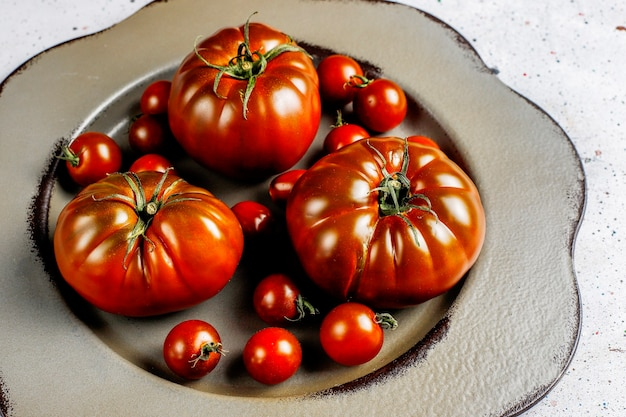 Tomates orgânicos brandywine preto fresco.