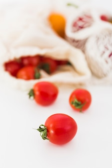 Tomates orgânicos close-up em cima da mesa