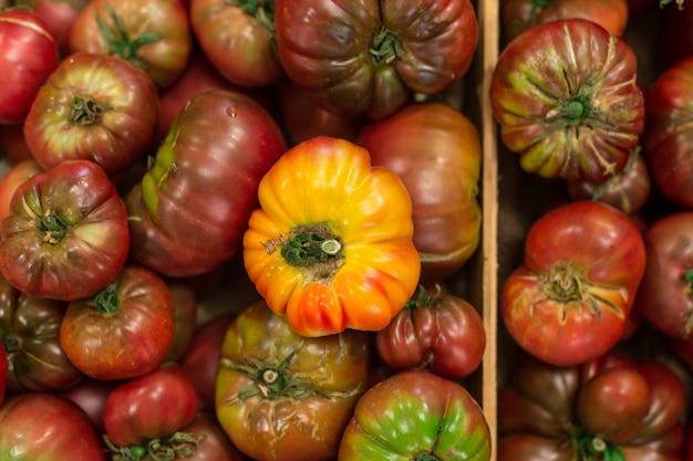 Tomates orgânicos de cima no mercado em antibes frança