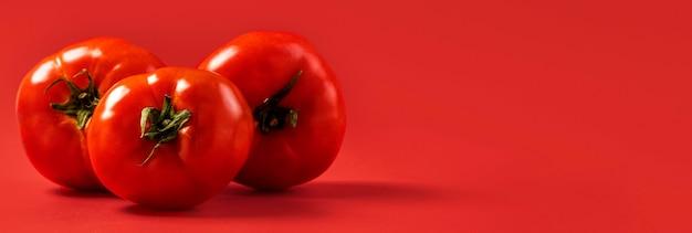 Tomates orgânicos de close-up com espaço de cópia