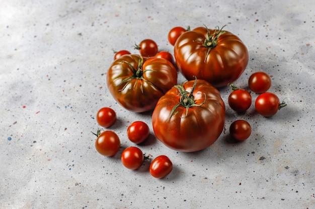 Tomates orgânicos de vinho fresco de conhaque preto. Foto gratuita