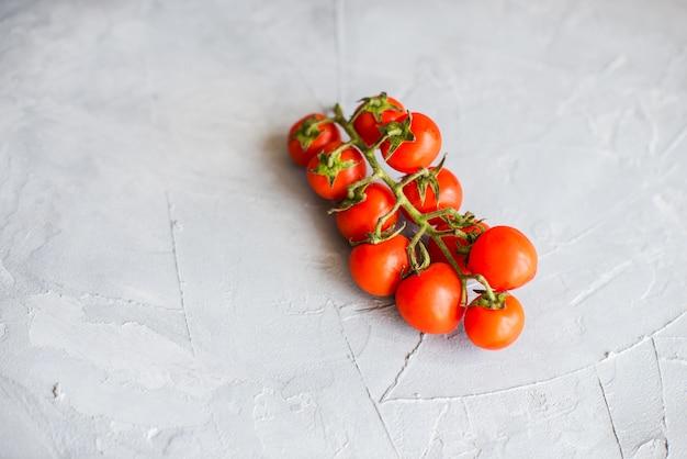 Tomates orgânicos em concreto