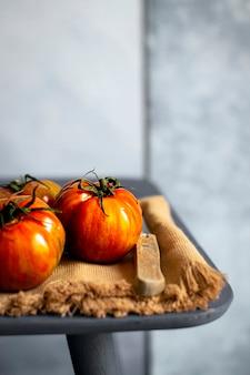 Tomates orgânicos frescos naturais em uma mesa