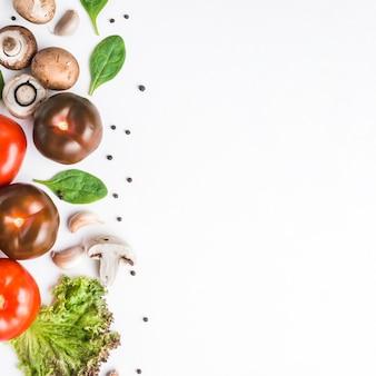 Tomates perto de cogumelos e ervas
