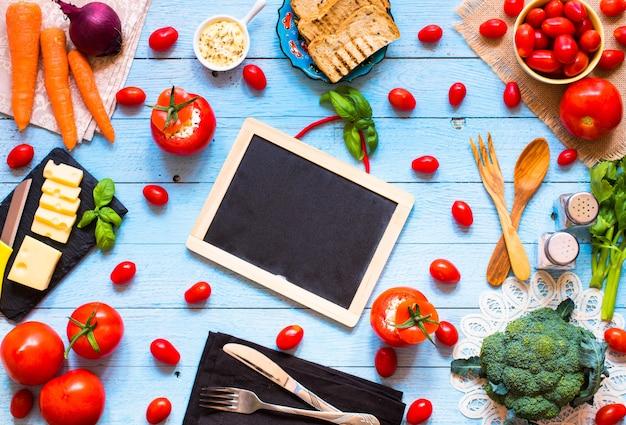 Tomates recheados com queijo e vegetais diferentes, sobre uma mesa de madeira,