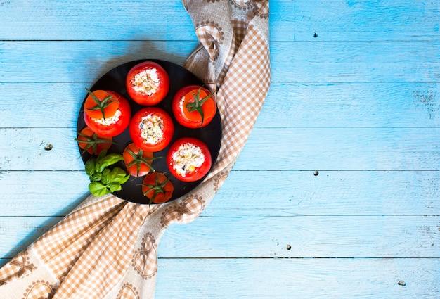 Tomates recheados com queijo e vegetais diferentes