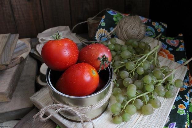 Tomates rústicos de uvas outono de legumes