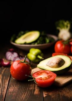 Tomates saudáveis e vista frontal de abacate