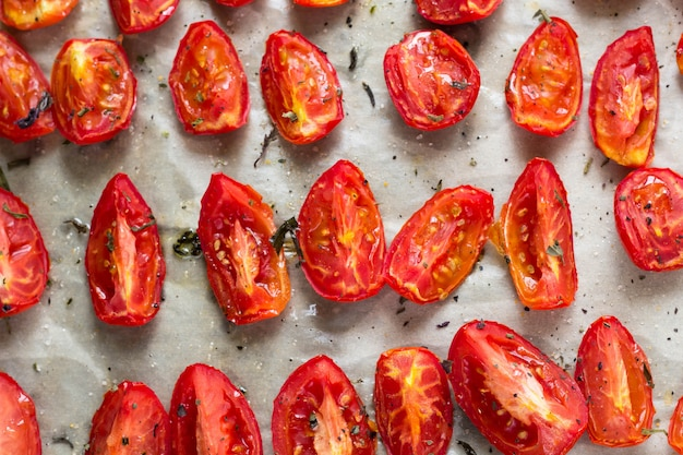 Tomates secos ao sol em papel manteiga branco