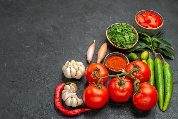 Tomates taças de pimentas picantes tomates cebolas alho especiarias ervas