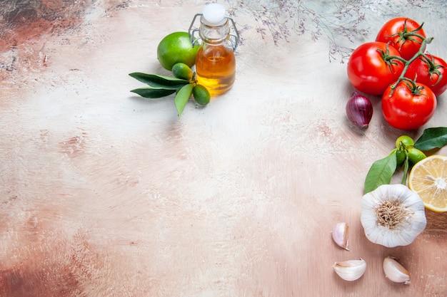 Tomates tomates folhas de limão alho garrafa de óleo
