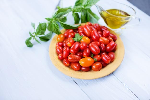 Tomates. vegetais em uma mesa de madeira.