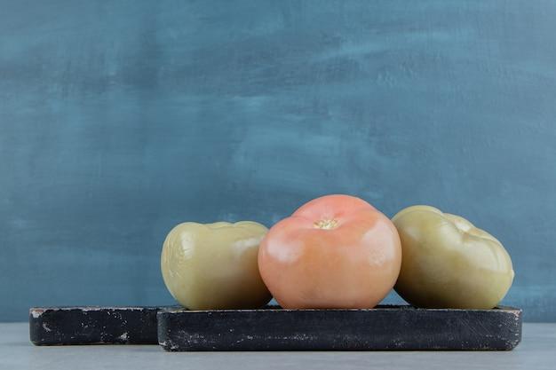 Tomates verdes no tabuleiro