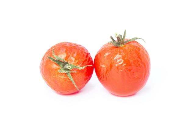 Tomates vermelhos em fundo branco. alimentos saudáveis para uma boa saúde. tomates murchados.