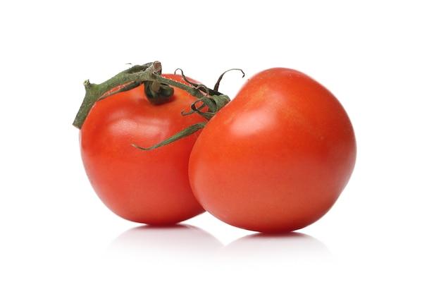Tomates vermelhos em uma superfície branca