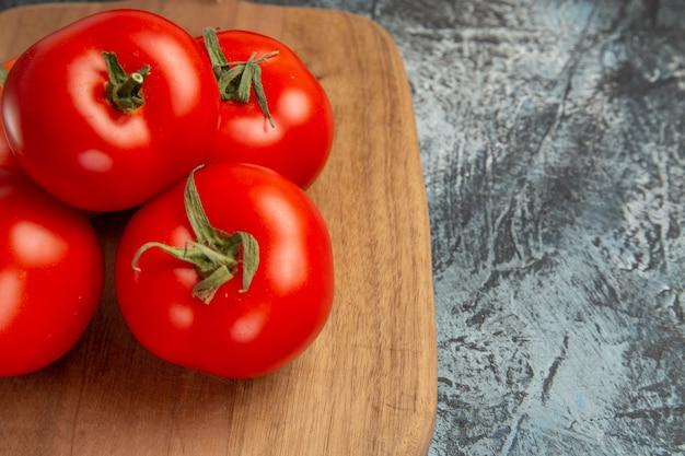 Tomates vermelhos frescos de vista frontal
