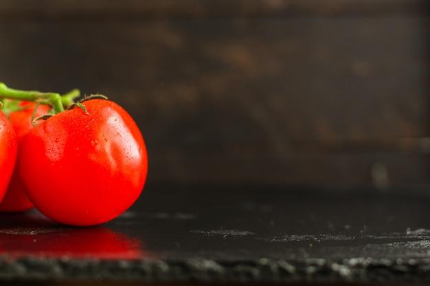 Tomates vermelhos frescos