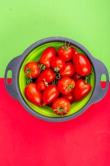 Tomates vermelhos maduros brilhantes em fundo colorido, banner, papel de parede. foto do estúdio.